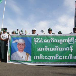 Regeringspartiets anhängare demonstrerar inför valet i Burma 2015.