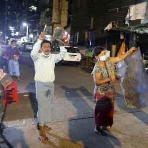Många har dragit ut på gatorna för att protestera mot militärkuppen genom att skramla med kastruller, byttor och plåt.