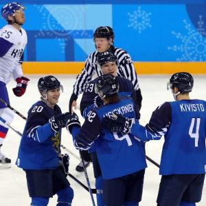 Finlands hockeyherrar jublar över mål mot Sydkorea.