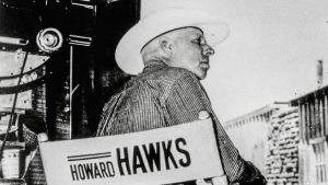 Howard Hawks ohjaajatuolissaan. Arkistokuva tv-dokumentista Howard Hawks, amerikkalainen mestari (1997).