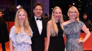 Thomas Vinterberg saapuu tyttäriensä Nanan ja Idan sekä vaimonsa, näyttelijä Helene Reingaard Neumannin kanssa Berlinin kansainvälisille elokuvajuhlille