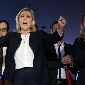 Nationella frontens ledare Marine Le Pen kampanjerar i Nice inför de franska regionalvalen. Till höger parlamentsledamoten, och Marine Le Pens systerdotter, Marion Marechal-Le Pen
