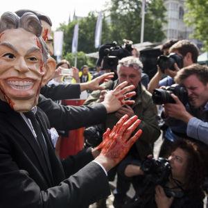Demonstrant föreställande Tony Blair i London.