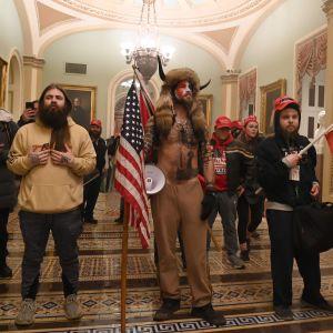 Anhängare till president Trump tar sig in i kongressbyggnaden i  huvudstaden Washington den 6 januari 2020.