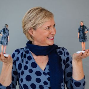 Senja Larsen pitelee käsissään kahta 3D-mallinnosta.