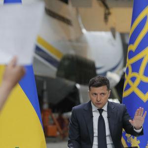 Volodymyr Zelenskyj svarar på journalisternas frågor under en presskonferens.