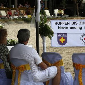En minnesstund för tyskar, österrikare och schweizare i Khao Lak i Thailand.