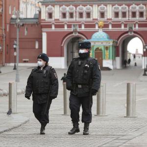 Kaksi poliisia Punaisella torilla hengityssuojat kasvoillaan