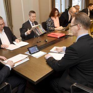 Teknologiindustrins Jarkko Ruohoniemi, fackförbundet Pros Anssi Vuorio och förlikningsman Jukka Ahtela förhandlar om ett kollektivavtal den 4 februari 2020.