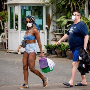 Turister med skyddsmask i Pattaya, Thailand 12.2.2020