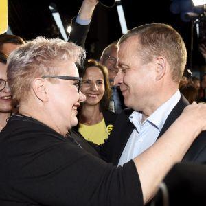 Sirpa Pietikäinen och Petteri Orpo reagerar på Samlingspartiets valvaka.