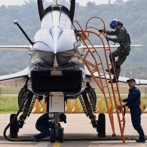 Pilot klättrar in i ett stridsflyg