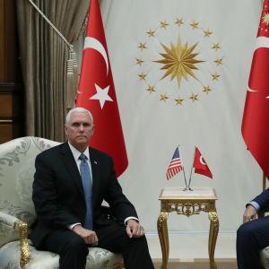 Pence och Erdogan sitter på varsin stol och tittar in i kameran.
