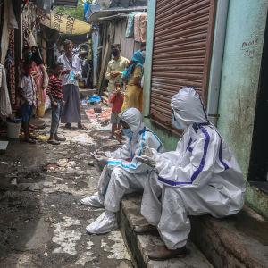 Sjukvårdare i skyddsdräkter i stadsdelen Ambujwadi i Mumbai i måndags.