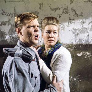 Vesa-Matti Loiri ja Margit Lindeman tv-elokuvassa Tykkimies Kauppalan viimeiset vaiheet 1977
