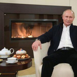 Putin höll sitt tal intill en brasa och med ryska påskläckerheter på bordet.