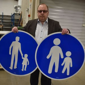 Tapani Lovén esittelee jalkakäytävämerkkejä eri aikakausilta