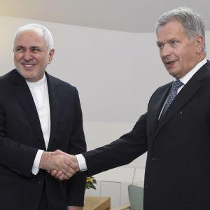 Irans utrikesminister Mohammad Javad Zarif skakar hand med Finlands president Sauli Niinistö under ett besök i Finland den 19 augusti 2019.