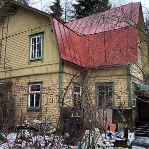 vanha keltainen puutalo