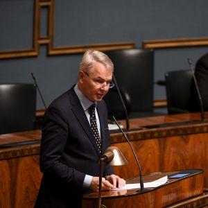 Utrikesminister Pekka Haavisto (Gröna) talar i riksdagen den 30 november 2020.