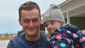 Far och dotter. Göran Heikius håller dottern Elin i famnen.