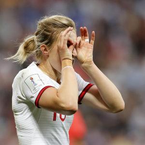 Ellen White, Englands anfallsstjärna.