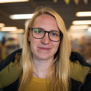 blond kvinna med glasögon