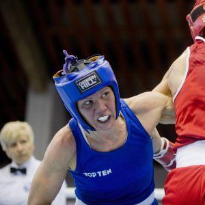 Mira Potkonen boxas mot Sandy Ryan i semifinalen.