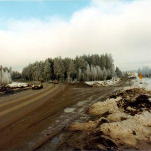 Riksväg 25 byggs på 1980-talet. På bilden syns Ekenäsvägen och den nya riksvägen i närheten av Kodin Tavaratalo.