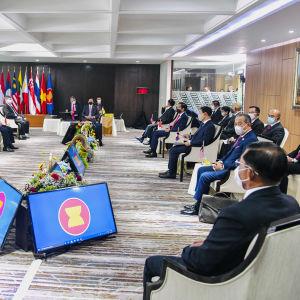 Militärjuntan i Myanmar fick hård kritik på ASEAN-ländernas toppmöte i Jakarta där juntans ledare Min Aung Hlain själv var närvarande.