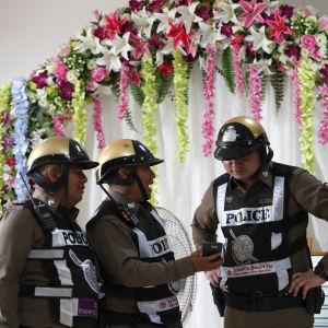 Poliser, presskonferens.