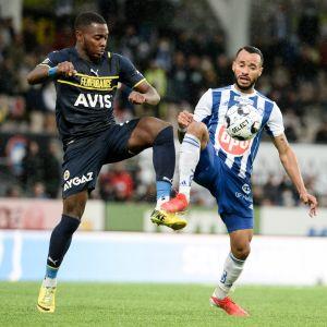 Bright Osayi-Samuel (Fenerbache) och Jair (HJK) kämpar om bollen.