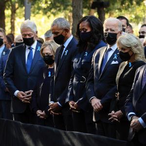 Presidentit  Clinton, Obama ja Biden  muistotilaisuudessa osoittamassa kunnioitustaa menehtyneitä kohtaan 20 vuoden takaisen tuhoisassa terrori-iskussa New Yorkissa.