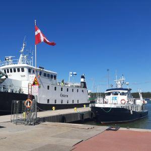 M/S Östern till vänster och M/S Norrskär till höger står i Nagu Gästhamn.