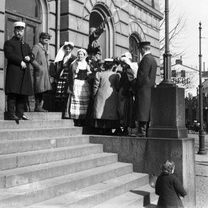 Studenter på trapporna till Gamla studenthuset kring sekelskiftet 1900.