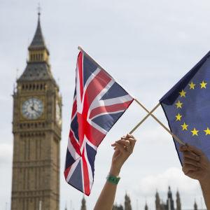 Storbritanniens och EU:s flagga framför Big Ben.