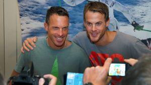 Anders och Jörgen Aukland ler inför fotografer.