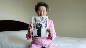 Lee Chun-ja visar upp sitt bröllopsfotografi.