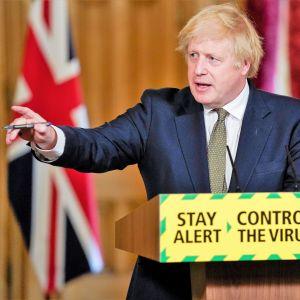 Boris Johnson håller tal.