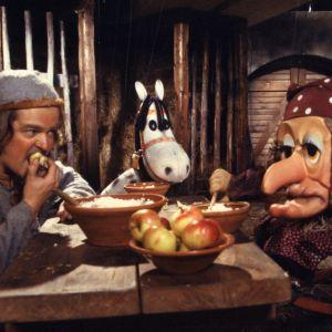 Rämäkkä (näyttelijä Harri Hyttinen, noita-akka Anelma-Unelma ja Histamiini-hevonen aterioivat.