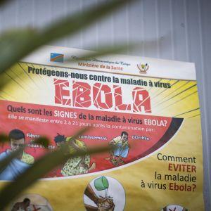 Ett väggplakat med information om hur man undviker ebola.
