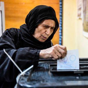 En egyptisk kvinna lämnar sin röst i en vallokal i stadsdelen Shubra, i norra Kairo.