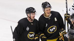 Cody Kunyk och Jesse Puljujärvi firar ett mål.