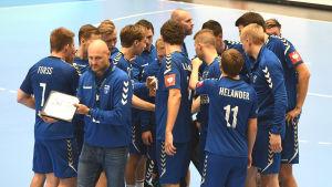 Finlands herrlandslag i handboll under en timeout i VM-kvalmatchen mot Cypern hösten 2019.