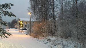 Tomten där Sievitalo har tänkt bygga ett äldreboende i Ingå. I bakgrunden skymtar serviceboendet Lönneberga.