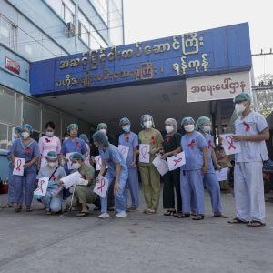 Sjukhuspersonal på ett kvinnosjukhus i Myanmar som protesterar mot militärstyret