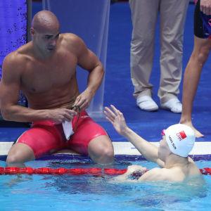 Joao de Lucca vägrar hjälpa Sun Yang upp ur bassängen.