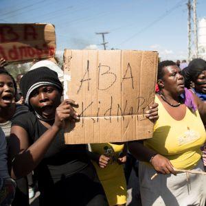 """""""Ner med kidnappningarna"""" står det på den här skylten som demonstranterna bar fram under en demonstration mot kidnappningar i Port-au-Prince i februari i år."""