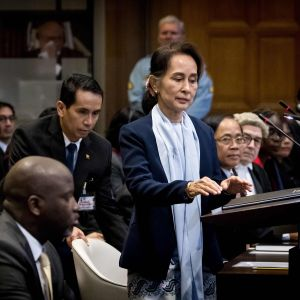 Aung San suu Kyi i internationella domstolen i Haag