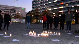 Ljus för att hedra offren för kriget i Syrien på Vasa torg.